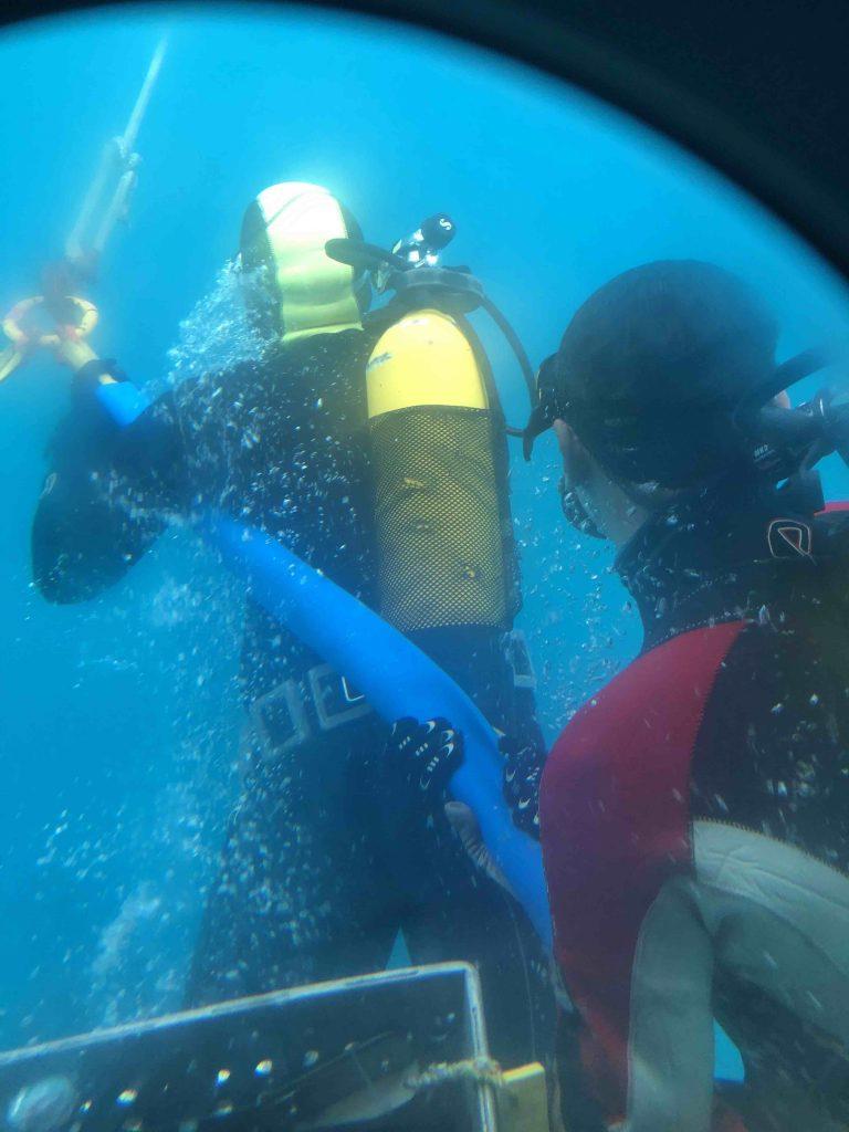 Les plongeurs attachent le Nautile lors de la récupération du sous-marin. P. R. Jbara. © Ifremer